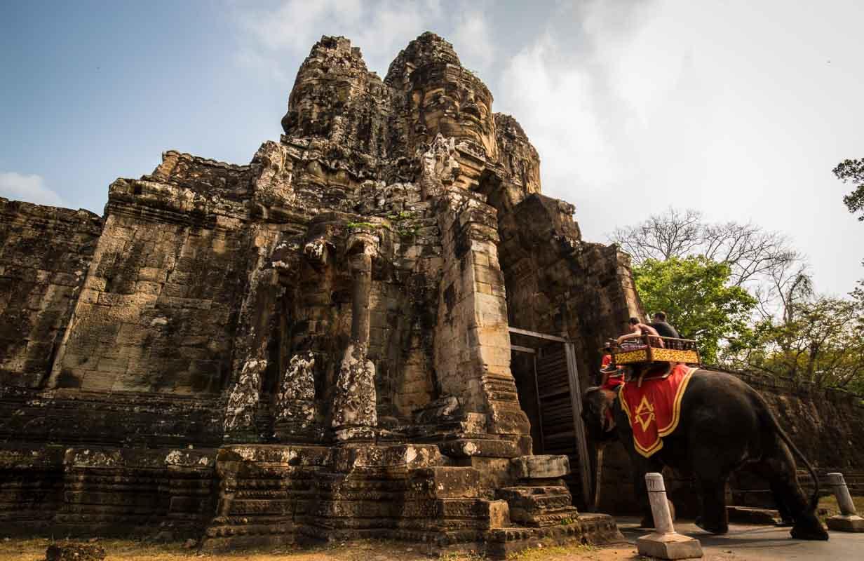 城門旁刻有大象石雕