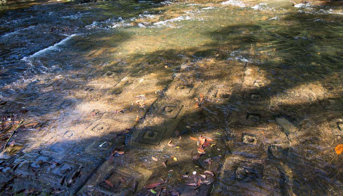 荔枝山水底浮雕